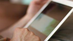Utilisant la Tablette 02 banque de vidéos