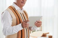 Utilisant la tablette image stock