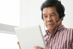 Utilisant la tablette digitale Images libres de droits