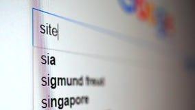 Utilisant le moteur de recherche d'Internet pour trouver des informations sur le site de mot Macro vidéo banque de vidéos