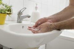 Utilisant le savon liquide photos libres de droits