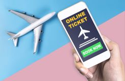 Utilisant le smartphone pour le billet d'E et la réservation en ligne de billet pour le billet d'avion Photo stock