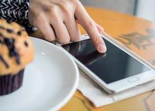 Utilisant le téléphone intelligent n'importe où Images stock