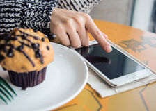 Utilisant le téléphone intelligent n'importe où Photo libre de droits