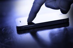 Utilisant le téléphone intelligent pour communiquer le texte images libres de droits