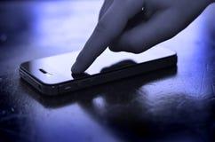 Utilisant le téléphone intelligent pour communiquer le texte photo stock