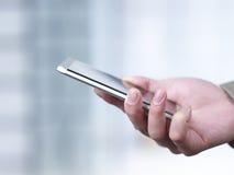Utilisant le téléphone portable photographie stock libre de droits