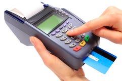 Utilisant le terminal de paiement, introduisez le numéro d'identification personnelle photographie stock libre de droits