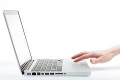 Utilisant le trackpad sur un ordinateur portatif Photo libre de droits