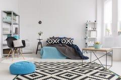 Utilisant les tissus modelés pour ajouter la vie à une chambre à coucher tranquille Images libres de droits