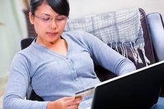 Utilisant par la carte de crédit pour la transaction en ligne Photos libres de droits