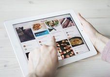 Utilisant Pinterest sur l'iPad Photographie stock libre de droits