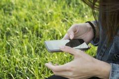 Utilisant Smartphone Photos libres de droits