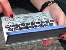 Utilisant un dictionnaire électronique Photos stock