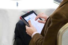 Utilisant un PC de tablette Photo stock