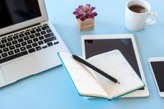 Utilisant un planificateur hebdomadaire pour programmer des réunions et des rendez-vous image libre de droits