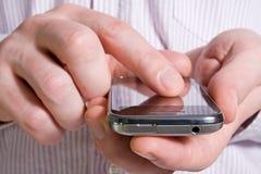 Utilisant un téléphone intelligent Photo libre de droits