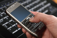 Utilisant un téléphone intelligent Images stock
