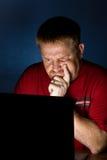 Utilisateur de cahier semblant frustré Image libre de droits