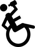 Utilisateur de fauteuil roulant buvant de l'alcool Photo stock