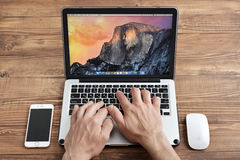 Utilisation Apple MacBook Pro d'hommes Images stock