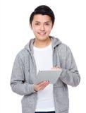 Utilisation asiatique d'homme du PC de comprimé image stock