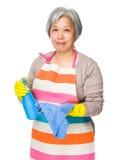 Utilisation asiatique de femme agée du nettoyage détersif des FO Photographie stock