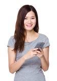 Utilisation asiatique de femme de téléphone portable Photos libres de droits