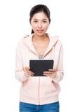 Utilisation asiatique de femme du comprimé numérique images libres de droits