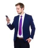 Utilisation caucasienne d'homme d'affaires de téléphone portable Photo stock