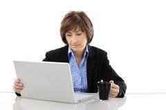 utilisation d'aîné d'ordinateur portatif d'ordinateur de femme d'affaires Images libres de droits
