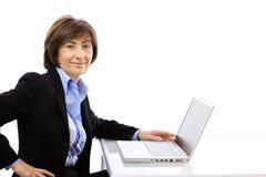 utilisation d'aîné d'ordinateur portatif d'ordinateur de femme d'affaires Photos stock