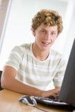 utilisation d'adolescent de bureau d'ordinateur de garçon Photos stock