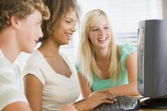 utilisation d'adolescent de filles de bureau d'ordinateur Image stock