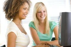 utilisation d'adolescent de filles de bureau d'ordinateur Photographie stock libre de droits