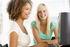 utilisation d'adolescent de filles de bureau d'ordinateur Images libres de droits