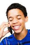 utilisation d'adolescent de sourire de téléphone de garçon Photo stock