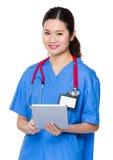 Utilisation de docteur de femme de PC de comprimé Photo stock