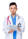 Utilisation de docteur du PC de comprimé photo stock