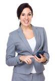 Utilisation de femme d'affaires de téléphone portable Photographie stock libre de droits