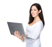 Utilisation de femme d'ordinateur portable Image libre de droits