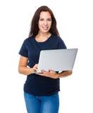Utilisation de femme de brune d'ordinateur portable Photo stock