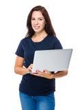 Utilisation de femme de brune d'ordinateur portable Images stock