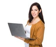 Utilisation de femme de brune de l'ordinateur portable image libre de droits