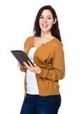 Utilisation de femme de brune du PC de comprimé images stock