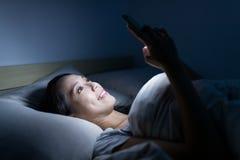 Utilisation de femme de téléphone intelligent Image stock