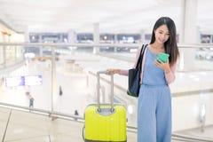 Utilisation de femme de téléphone intelligent en aéroport de Hong Kong Photographie stock