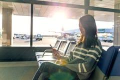 Utilisation de femme de téléphone portable à l'aéroport Image libre de droits