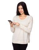 Utilisation de femme de téléphone portable Photographie stock libre de droits