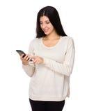 Utilisation de femme de téléphone portable Photo libre de droits